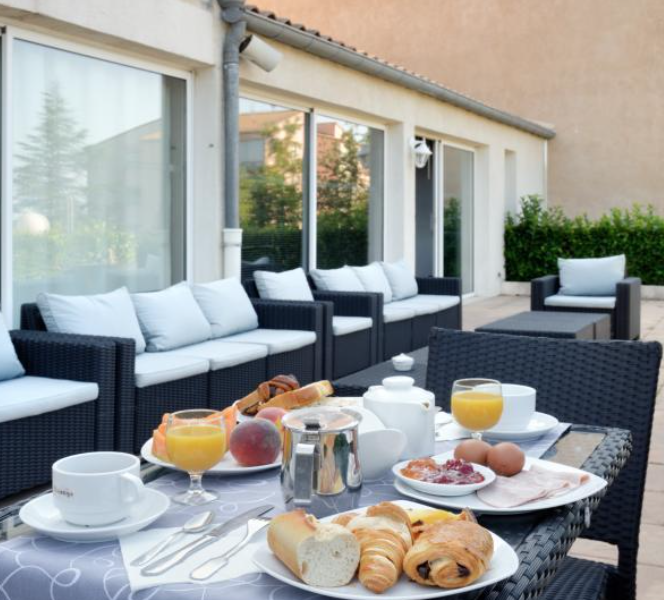 Petit-deYjeuner terrasse 1 - greoux les bains - cadarache