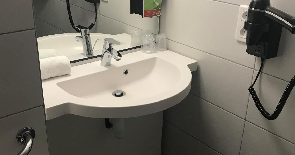 Salle de bains 2 - balladins tours sud