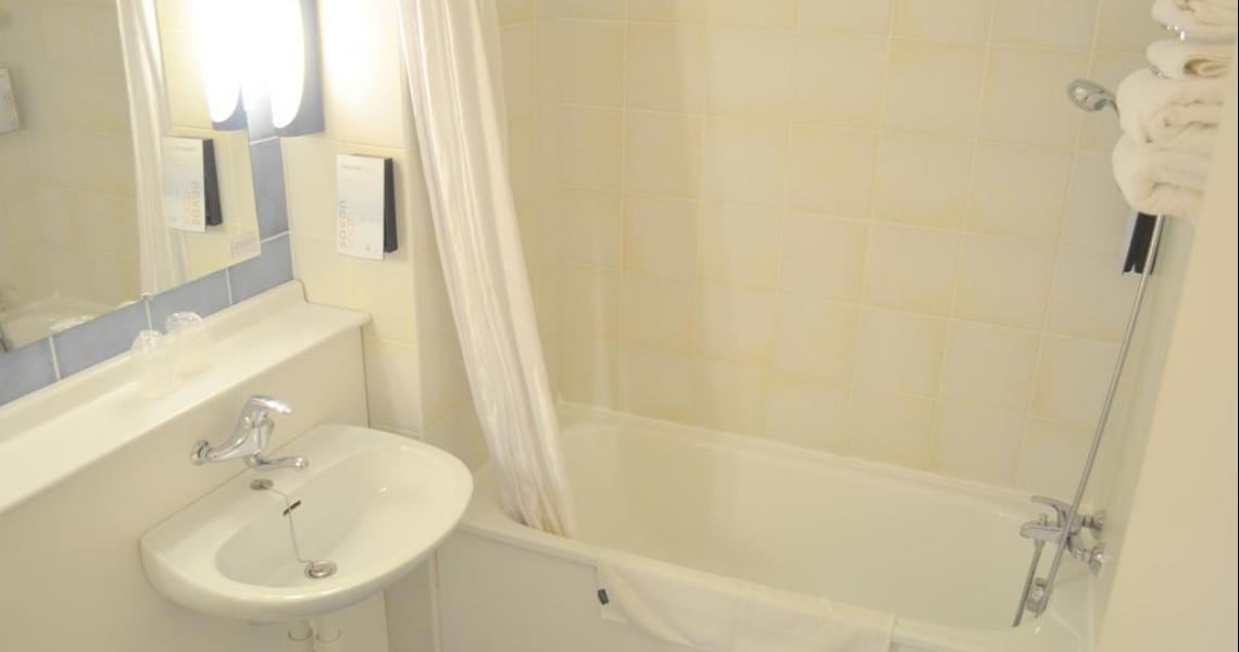 Salle de bains - initial by balladins - La Roche-sur-Yon