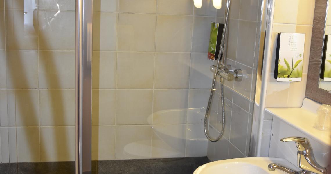 Salle de bains PMR - Hôtel balladins La Roche-sur-Yon