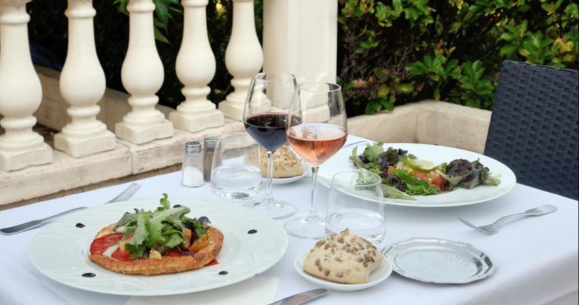 """Diner en terrasse - authentic by balladins """"Gréoux les Bains - Cadarache"""""""