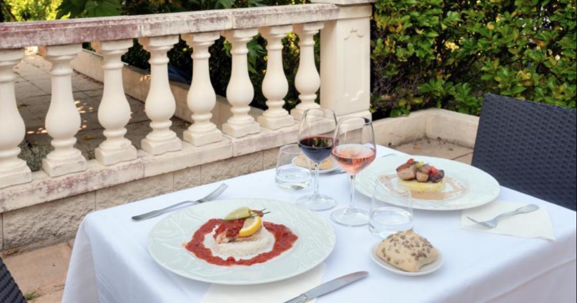 """Diner en terrasse 1 - authentic by balladins """"Gréoux les Bains - Cadarache"""""""