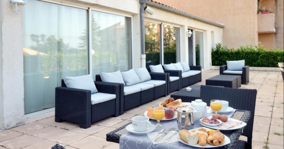 """Petit-dejeuner terrasse - authentic by balladins """"Gréoux les Bains - Cadarache"""""""