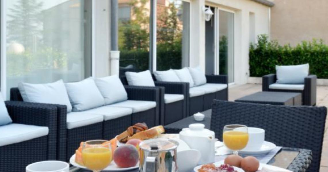 """Petit-dejeuner terrasse 1 - authentic by balladins """"Gréoux les Bains - Cadarache"""""""