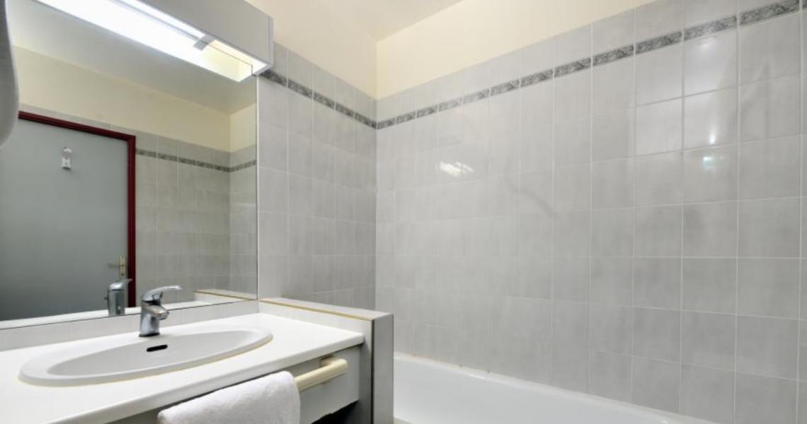 """Salle de bains - authentic by balladins """"Gréoux les Bains - Cadarache"""""""