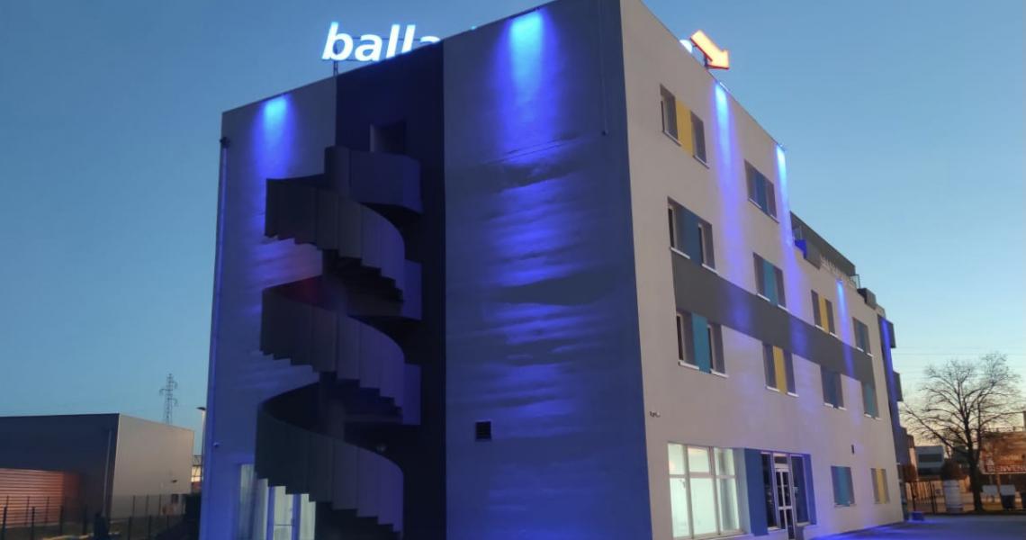 Facade nuit - initial by balladins dijon nord
