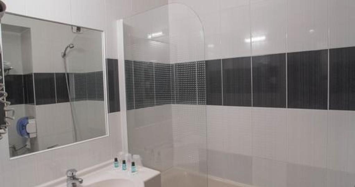 Salle de bains - initial by balladins dijon nord