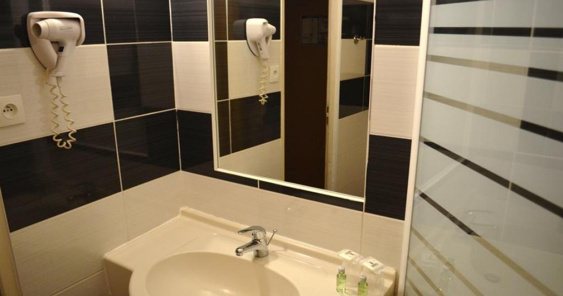 Salle de bains 1 - initial by balladins dijon nord