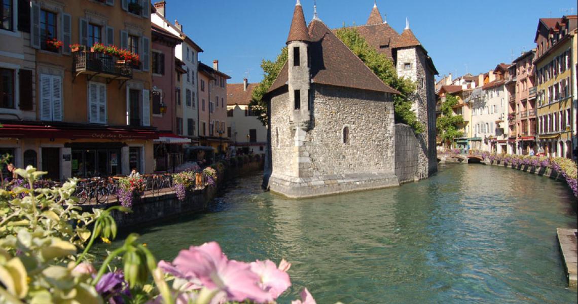 Visiter le palais de l isle annecy avec balladins for Tours piscine du lac