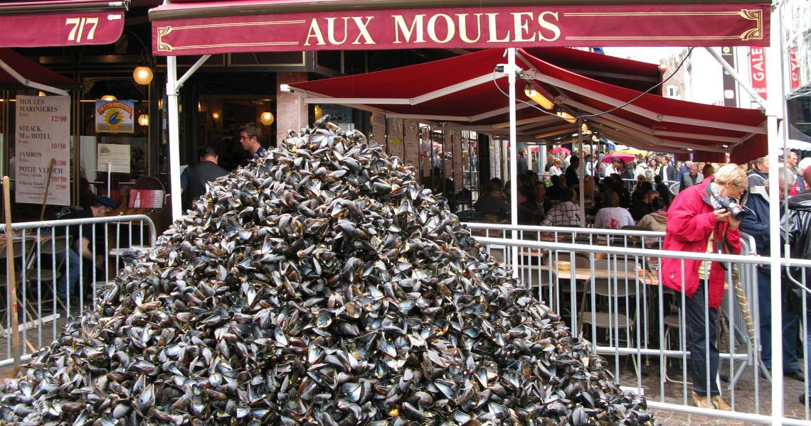 Tas de moules traditionnel devant un restaurant