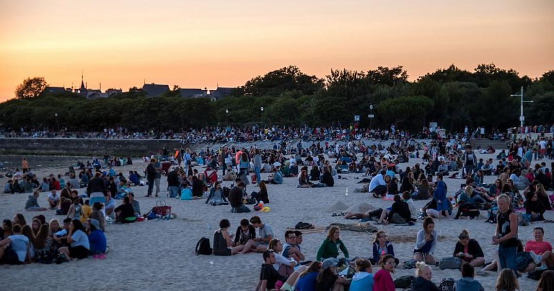 Détente sur la plage pendant le festival
