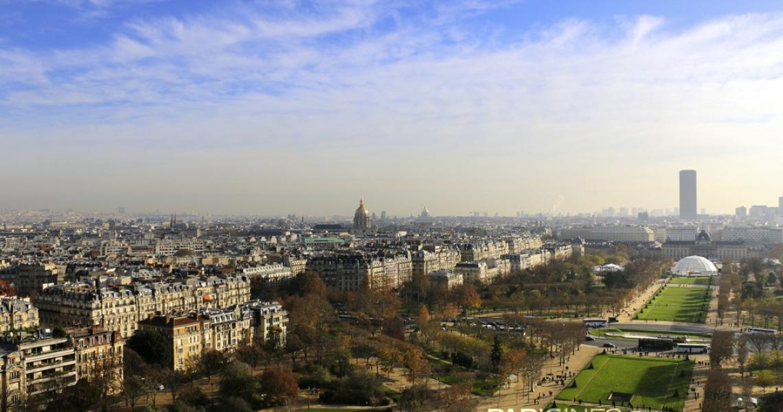 Panorama sur le Champs de Mars et les toits de Paris
